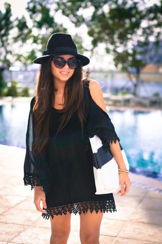 Cómo combinar: gafas de sol negras, sombrero de lana negro, bolsa tote de cuero en blanco y negro, vestido con hombros al descubierto de seda negro