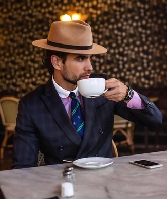 Combinar un sombrero de lana marrón claro: Para un atuendo tan cómodo como tu sillón intenta combinar un blazer cruzado a cuadros negro con un sombrero de lana marrón claro.