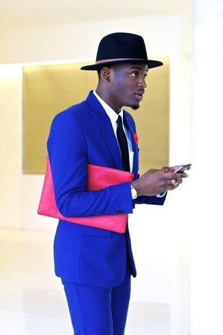 Combinar un broche de solapa con print de flores rojo: Equípate un traje azul junto a un broche de solapa con print de flores rojo para una vestimenta cómoda que queda muy bien junta.