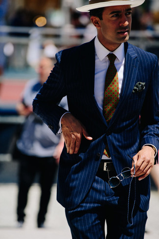 Cómo combinar: corbata estampada verde oscuro, sombrero de paja blanco, camisa de vestir blanca, traje de rayas verticales azul marino