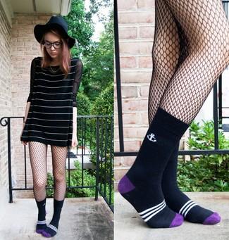 Cómo combinar: calcetines negros, sombrero de lana negro, camiseta de manga larga de malla negra, vestido amplio de rayas horizontales en negro y blanco
