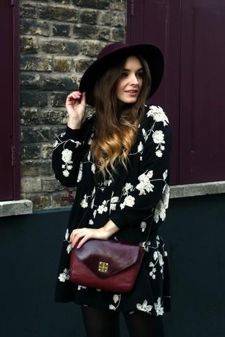 Cómo combinar: sombrero de lana burdeos, bolso bandolera de cuero burdeos, vestido amplio con print de flores en negro y blanco