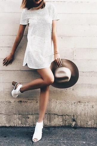 Cómo combinar: sombrero de lana marrón, botines de cuero con recorte blancos, vestido recto con ojete blanco