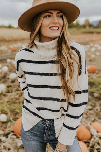 Outfits mujeres: Elige un jersey de cuello alto de rayas horizontales en blanco y negro y unos vaqueros pitillo azules para un almuerzo en domingo con amigos.
