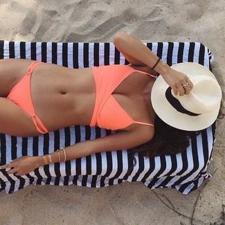 Cómo combinar: sombrero de paja en blanco y negro, braguitas de bikini naranjas, top de bikini naranja