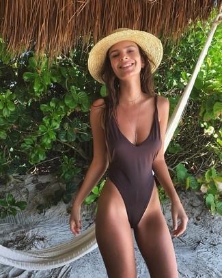 Cómo combinar: sombrero de paja marrón claro, bañador en marrón oscuro