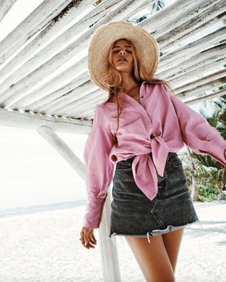 Cómo combinar: sombrero de paja marrón claro, minifalda vaquera negra, camisa de vestir rosada