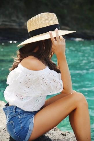 Cómo combinar: sombrero de paja marrón claro, pantalones cortos vaqueros azules, top con hombros descubiertos con ojete blanco