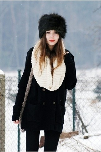 Cómo combinar: bufanda de punto en beige, sombrero de piel negro, vaqueros pitillo negros, chaquetón negro