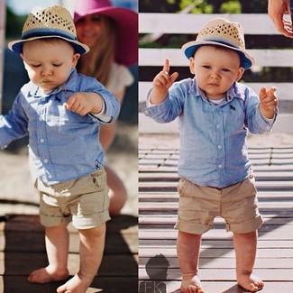 Cómo combinar: sombrero en beige, pantalones cortos marrón claro, camisa de manga larga celeste