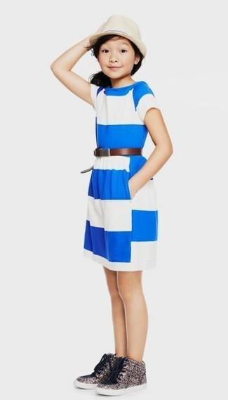 Cómo combinar: sombrero en beige, zapatillas de lentejuelas plateadas, vestido de rayas horizontales en blanco y azul