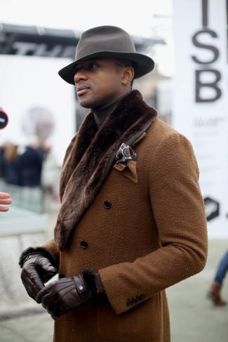 Cómo combinar: pañuelo de bolsillo estampado marrón, sombrero de lana gris, jersey de cuello alto en marrón oscuro, abrigo con cuello de piel marrón