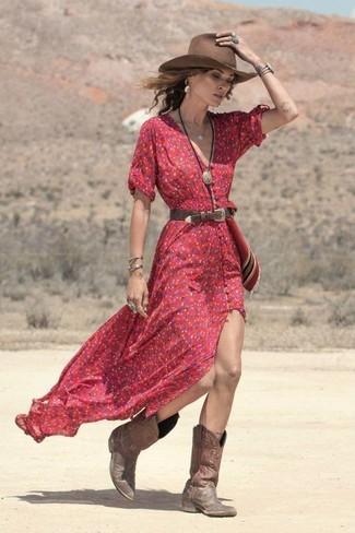 Cómo combinar: correa de cuero en marrón oscuro, sombrero de lana marrón, botas camperas de cuero marrónes, vestido largo con print de flores rojo