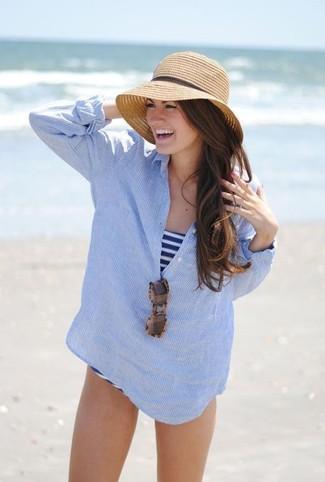Cómo combinar: gafas de sol de leopardo marrónes, sombrero de paja marrón claro, bañador de rayas horizontales en blanco y azul marino, camiseta henley de rayas verticales celeste