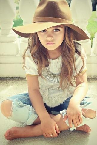 Cómo combinar: sombrero marrón, vaqueros celestes, camiseta blanca