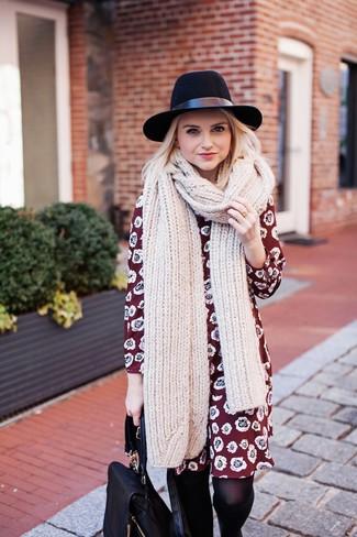 Cómo combinar: bufanda de punto en beige, sombrero de lana negro, mochila de cuero negra, vestido recto con print de flores burdeos