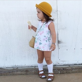 Cómo combinar: calcetines blancos, sombrero mostaza, sandalias en marrón oscuro, vestido con print de flores blanco