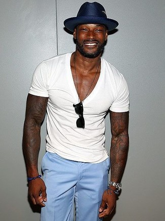 Cómo combinar: gafas de sol negras, sombrero de paja azul marino, pantalón de vestir celeste, camiseta con cuello en v blanca