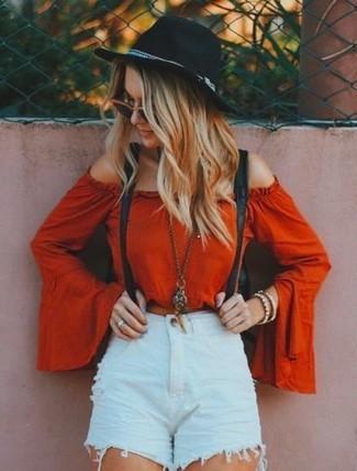 Cómo combinar: tirantes negros, sombrero de lana negro, pantalones cortos vaqueros desgastados celestes, top con hombros descubiertos rojo