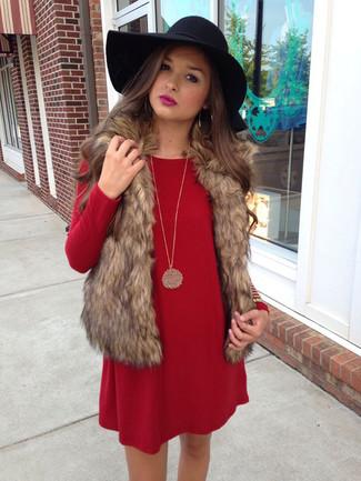 Cómo combinar un vestido recto rojo con un chaleco de pelo marrón (2 ... 309a8d6c416c