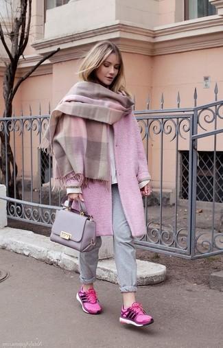 Cómo combinar: pantalón de chándal gris, sudadera blanca, abrigo rosado, chal rosado
