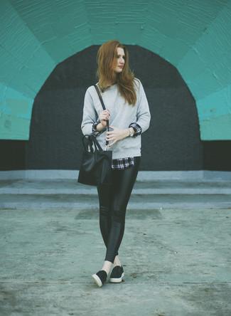 Una sudadera gris y unos leggings de cuero negros son una gran fórmula de vestimenta para tener en tu clóset. Complementa tu atuendo con zapatillas slip-on de cuero negras.