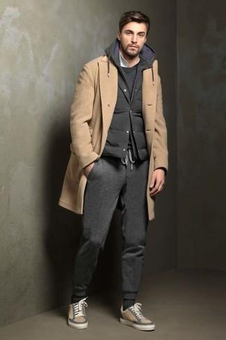 Combinar un chaleco de abrigo acolchado en gris oscuro: Usa un chaleco de abrigo acolchado en gris oscuro y un pantalón de chándal en gris oscuro para un look agradable de fin de semana. ¿Te sientes ingenioso? Dale el toque final a tu atuendo con tenis de ante en beige.