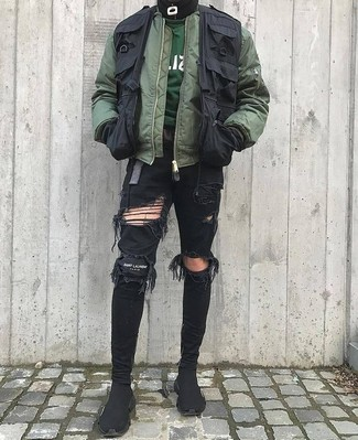 Cómo combinar: vaqueros pitillo desgastados negros, sudadera verde oscuro, chaleco de abrigo negro, cazadora de aviador verde oliva