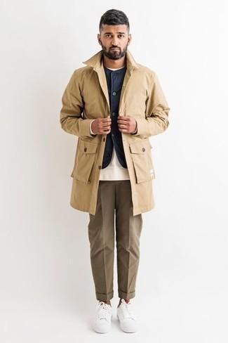 Combinar un chaleco de abrigo azul marino: Casa un chaleco de abrigo azul marino con un pantalón de vestir marrón para rebosar clase y sofisticación. Si no quieres vestir totalmente formal, completa tu atuendo con tenis de lona blancos.