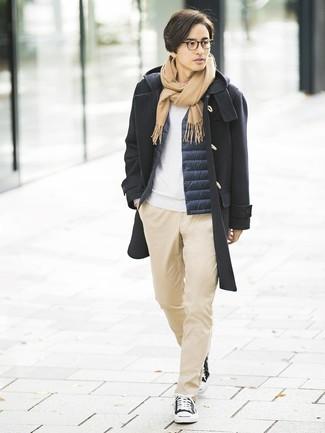 Cómo combinar: pantalón chino marrón claro, sudadera blanca, chaleco de abrigo azul marino, trenca negra