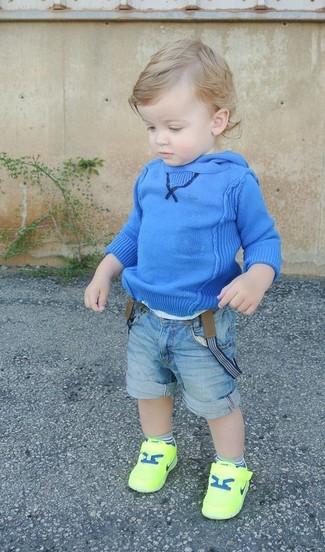 Cómo combinar: sudadera con capucha azul, pantalones cortos vaqueros celestes, zapatillas en amarillo verdoso