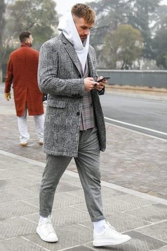 Cómo combinar: pantalón chino de lana gris, sudadera con capucha blanca, blazer cruzado de tartán gris, abrigo largo de tartán gris