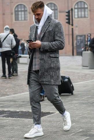 Combinar un blazer cruzado en clima frío: Considera ponerse un blazer cruzado y unos vaqueros grises para lograr un estilo informal elegante. ¿Quieres elegir un zapato informal? Opta por un par de tenis de cuero blancos para el día.