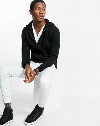 Cómo combinar: sudadera con capucha negra, camiseta henley blanca, pantalón de chándal blanco, zapatillas altas de ante negras