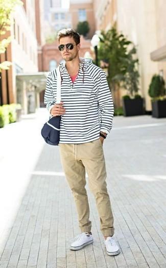 Cómo combinar: sudadera con capucha de rayas horizontales en blanco y azul marino, camiseta sin mangas roja, pantalón chino en beige, tenis de lona blancos