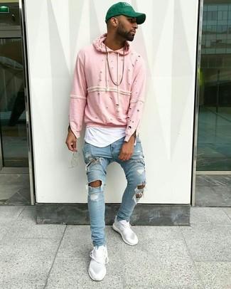 Cómo combinar: sudadera con capucha rosada, camiseta sin mangas blanca, vaqueros pitillo desgastados celestes, tenis blancos