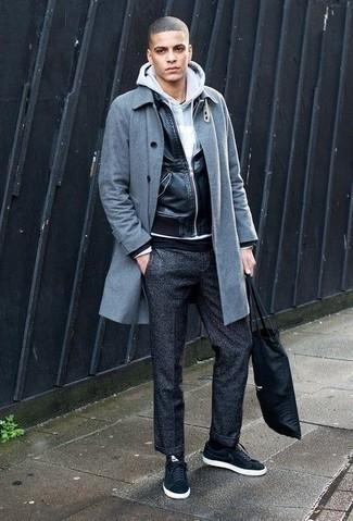 Combinar un pantalón chino de lana en gris oscuro: Utiliza un abrigo largo gris y un pantalón chino de lana en gris oscuro para un lindo look para el trabajo. Tenis de lona negros añadirán un nuevo toque a un estilo que de lo contrario es clásico.