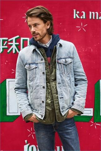 Cómo combinar: camisa de manga larga de rayas verticales blanca, sudadera con capucha estampada azul marino, chaqueta vaquera celeste, plumífero ligero verde oliva