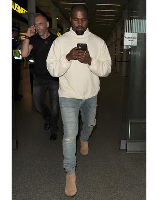 Look de Kanye West: Sudadera con Capucha en Beige, Vaqueros Pitillo Desgastados Azules, Botines Chelsea de Ante en Beige