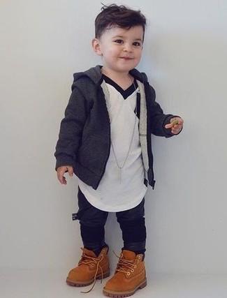 Cómo combinar: sudadera con capucha en gris oscuro, camiseta blanca, pantalón de chándal negro, botas marrón claro