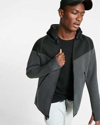Cómo combinar: sudadera con capucha en gris oscuro, camiseta con cuello circular negra, pantalón de chándal blanco, gorra de béisbol de cuero negra