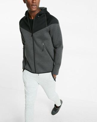 Cómo combinar: sudadera con capucha en gris oscuro, camiseta con cuello circular negra, pantalón de chándal blanco, zapatillas altas de cuero negras