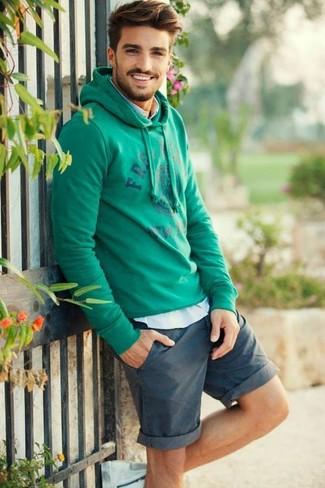 Cómo combinar: sudadera con capucha estampada verde, camisa de manga larga celeste, pantalones cortos en verde azulado