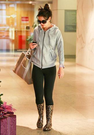 Look de moda: Sudadera con Capucha Gris, Leggings Negros, Botas de Lluvia de Leopardo Marrónes, Bolsa Tote de Lona Marrón