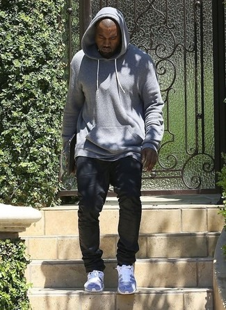 Look de Kanye West: Sudadera con Capucha Gris, Vaqueros Negros, Deportivas Grises