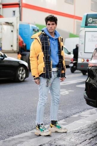Cómo combinar: camiseta con cuello circular blanca, sudadera con capucha azul, plumífero amarillo, chaqueta estilo camisa de lana de tartán negra