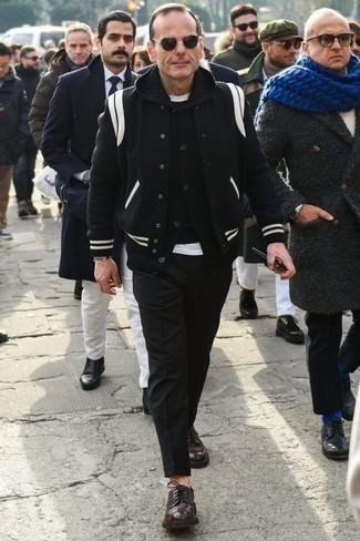 Combinar una chaqueta varsity negra: Usa una chaqueta varsity negra y un pantalón chino negro para conseguir una apariencia relajada pero elegante. Con el calzado, sé más clásico y opta por un par de zapatos derby de cuero burdeos.