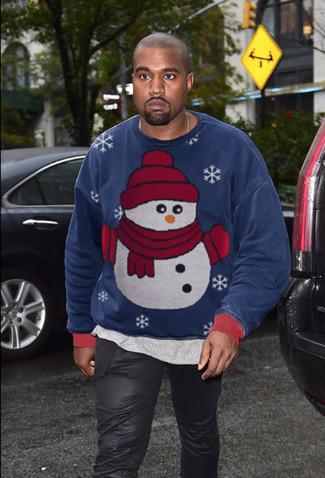 Cómo combinar: sudadera de navidad azul marino, camiseta con cuello circular gris, vaqueros de cuero negros