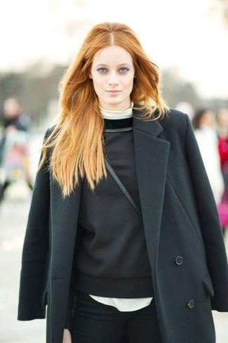 Look de moda: Vaqueros pitillo negros, Sudadera negra, Jersey de cuello alto blanco, Abrigo negro