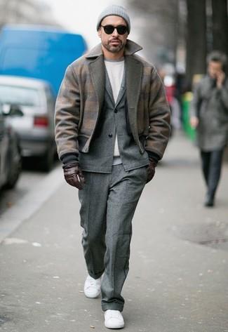 Cómo combinar: tenis de lona blancos, sudadera blanca, traje de lana gris, cazadora de aviador de lana marrón